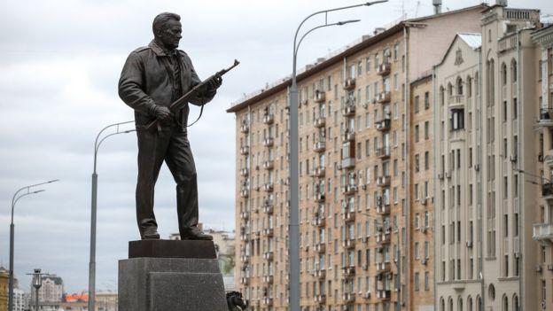 То, что связано с Совком, – получается отвратительно, особенно памятники.(Видео)